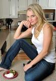 Reizvolle junge Frau in der Küche mit Erdbeeren Lizenzfreie Stockfotos