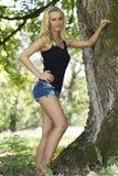 Reizvolle junge Frau in der Natur stockfotos
