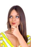 Reizvolle junge Frau, die mit dem Finger auf Kinn denkt Lizenzfreie Stockfotografie