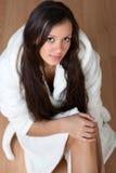 Reizvolle junge Frau in einem Bademantel Stockfoto