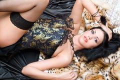 Reizvolle junge Frau in einem Korsett lizenzfreie stockbilder