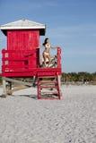 Reizvolle junge Frau im Bikini Lizenzfreie Stockfotografie