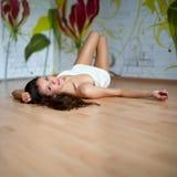 Reizvolle junge Frau im Tuch Lizenzfreie Stockbilder