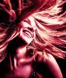 Reizvolle junge Frau mit dem Haar innen stockfoto