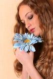 Reizvolle junge Frau mit dem langen Haar Stockfotografie