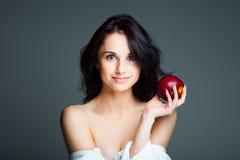 Reizvolle junge Frau mit frischem rotem Apfel Stockfotos