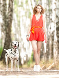 Reizvolle junge Frau mit Hund. Stockbilder