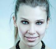 Reizvolle junge Frau mit schönen blauen Augen stockbild