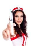 Reizvolle Jungekrankenschwester, die eine Spritze anhält Lizenzfreie Stockfotos