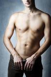 Reizvolle Karosserie des muskulösen jungen Mannes Stockfotos