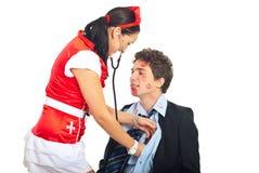 Reizvolle Krankenschwester überprüfen Geliebtpatienten Lizenzfreie Stockfotos