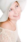 Reizvolle lächelnde Frau in einem Hut stockfotografie