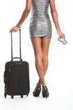 Reizvolle lange Fahrwerkbeine der Frau wartend mit Koffer Lizenzfreies Stockbild