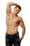Reizvolle nasse blanke Aufstellung des jungen Mannes des Muskels Stockfotografie