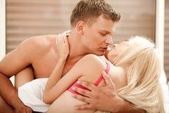 Reizvolle Paare im Bett Stockfotos