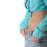 Reizvolle, passende Frau in den Jeans, mit dem blanken Magen Stockfoto