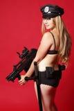 Reizvolle Polizeibeamte mit Gewehr Lizenzfreies Stockbild