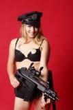 Reizvolle Polizeibeamte mit Gewehr Lizenzfreie Stockfotografie