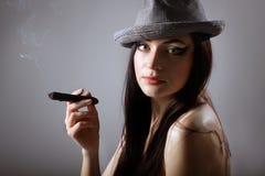 Reizvolle rauchende schöne Frauenzigarrenahaufnahme Lizenzfreie Stockfotografie