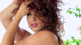 Reizvolle Redheadfrau stock footage