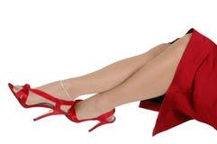 Reizvolle rote Schuhe und Fahrwerkbeine Stockfotografie