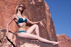 Reizvolle schöne blonde Frau im Bikini Lizenzfreies Stockfoto