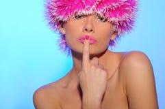 Reizvolle schöne Frau im rosafarbenen Hut lizenzfreie stockfotos