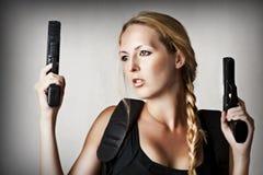 Reizvolle schöne gefährliche Frau Stockfotos