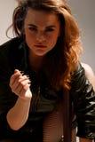 Reizvolle schöne Frau mit Zigarette Lizenzfreie Stockbilder