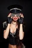 Reizvolle schöne nackte Polizeifrau des Brunette halb Stockfoto