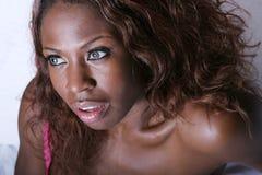 Reizvolle schwarze Frau lizenzfreie stockfotos