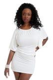 Reizvolle schwarze Frau, die ein kurzes weißes Kleid trägt Stockfoto