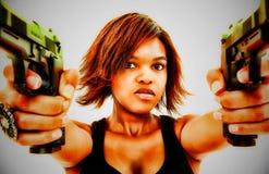 Reizvolle schwarze Frau, die zwei Pistolen zielt stockfotos