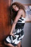 Reizvolle schwarze Frau im Couturekleid stockbilder