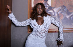 Reizvolle schwarze Frau im Kleid stockfoto