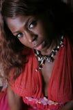 Reizvolle schwarze Frau im Kleid lizenzfreies stockbild