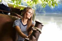 Reizvolle Seemannfrau auf einer Lieferung Stockbilder