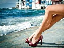 Reizvolle Sommerfahrwerkbeine durch das Meer Lizenzfreies Stockfoto