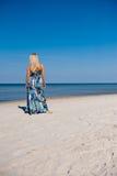 Reizvolle Sommerfrau auf dem Strand nahe einem Meer Stockbilder