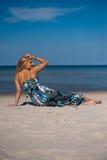Reizvolle Sommerfrau auf dem Strand nahe einem Meer Lizenzfreie Stockbilder
