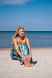 Reizvolle Sommerfrau auf dem Strand nahe einem Meer Stockfoto