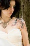 Reizvolle Tätowierungfrau im Brautkleid Stockfoto