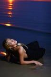 Reizvolle und Luxuxfrau auf dem Sonnenuntergang backgroung Stockbild