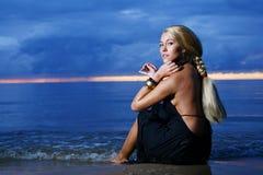 Reizvolle und Luxuxfrau auf dem Sonnenuntergang backgroung Stockfotos