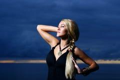 Reizvolle und Luxuxfrau auf dem Sonnenuntergang backgroung Lizenzfreies Stockfoto