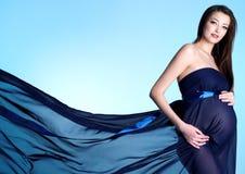 Reizvolle und schöne junge schwangere Frau Stockfotos