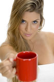 Reizvolle weibliche darstellende Kaffeetasse Stockfotos