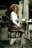 Reizvoller Blick einer glücklichen Frau in einem Paris-Artkaffee Stockfotos
