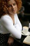 Reizvoller Blick einer glücklichen jungen Frau in einem Straßenkaffee Stockfoto