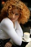 Reizvoller Blick einer glücklichen jungen Frau in einem Straßenkaffee Stockfotografie